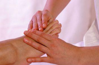 massaggio caviglia gonfia