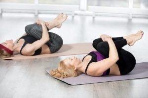 stretching ginocchia al petto