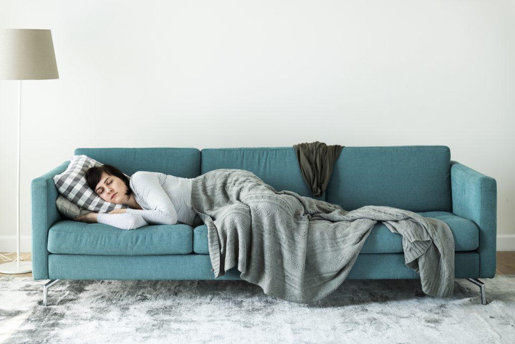 cattiva postura sul divano
